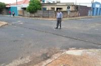 Prefeitura atende solicitação do vereador Lourival dos Gêmeos e repara canaleta na Rua Bonfim